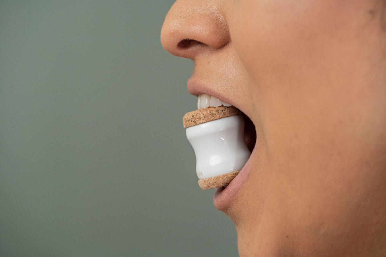 Kieferretter zwischen den Zähnen - Detailansicht